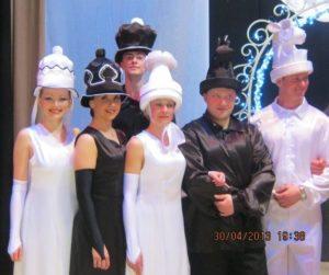 Шахматные шляпы для танца.