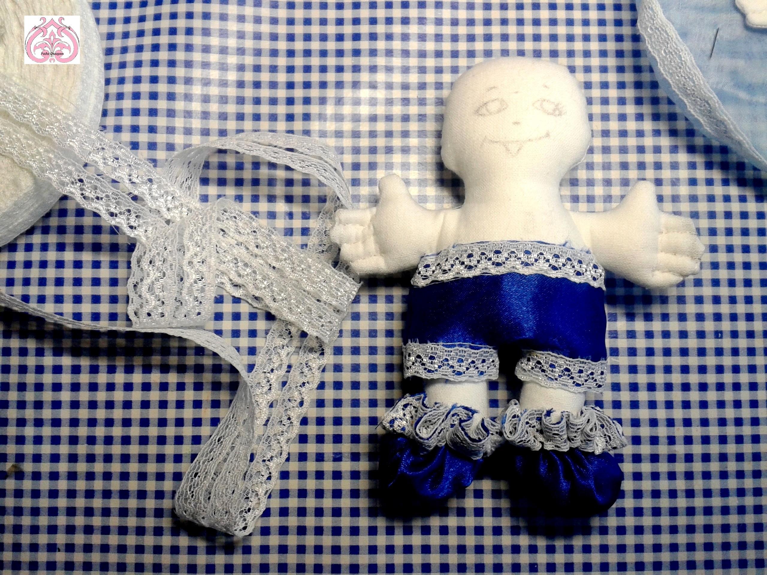 Украшение кружевом одежды куклы.