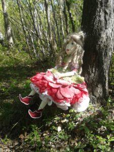 Кукла Пион в лесу.