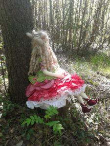 Текстильная кукла Пион на прогулке.