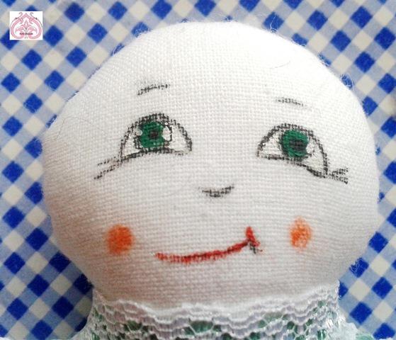 Роспись лица текстильной куклы.