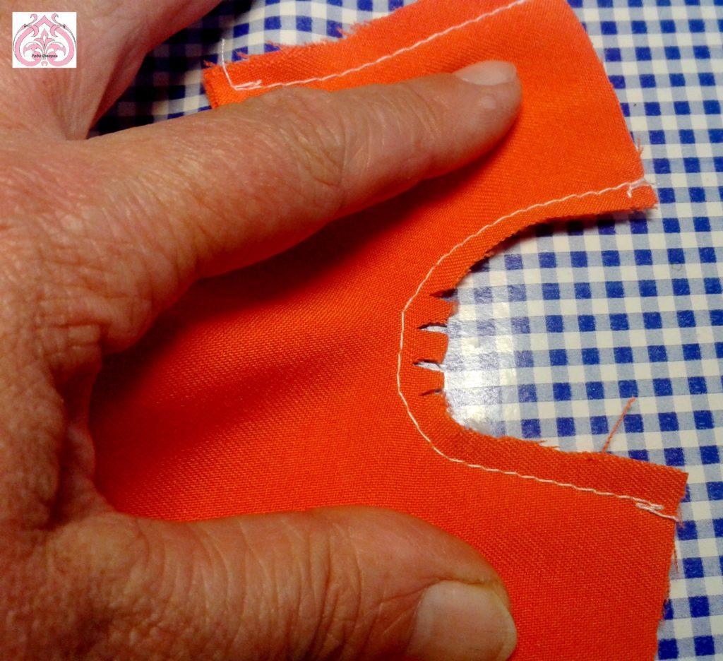 Надсечки ножницами в сгибах штанишек.