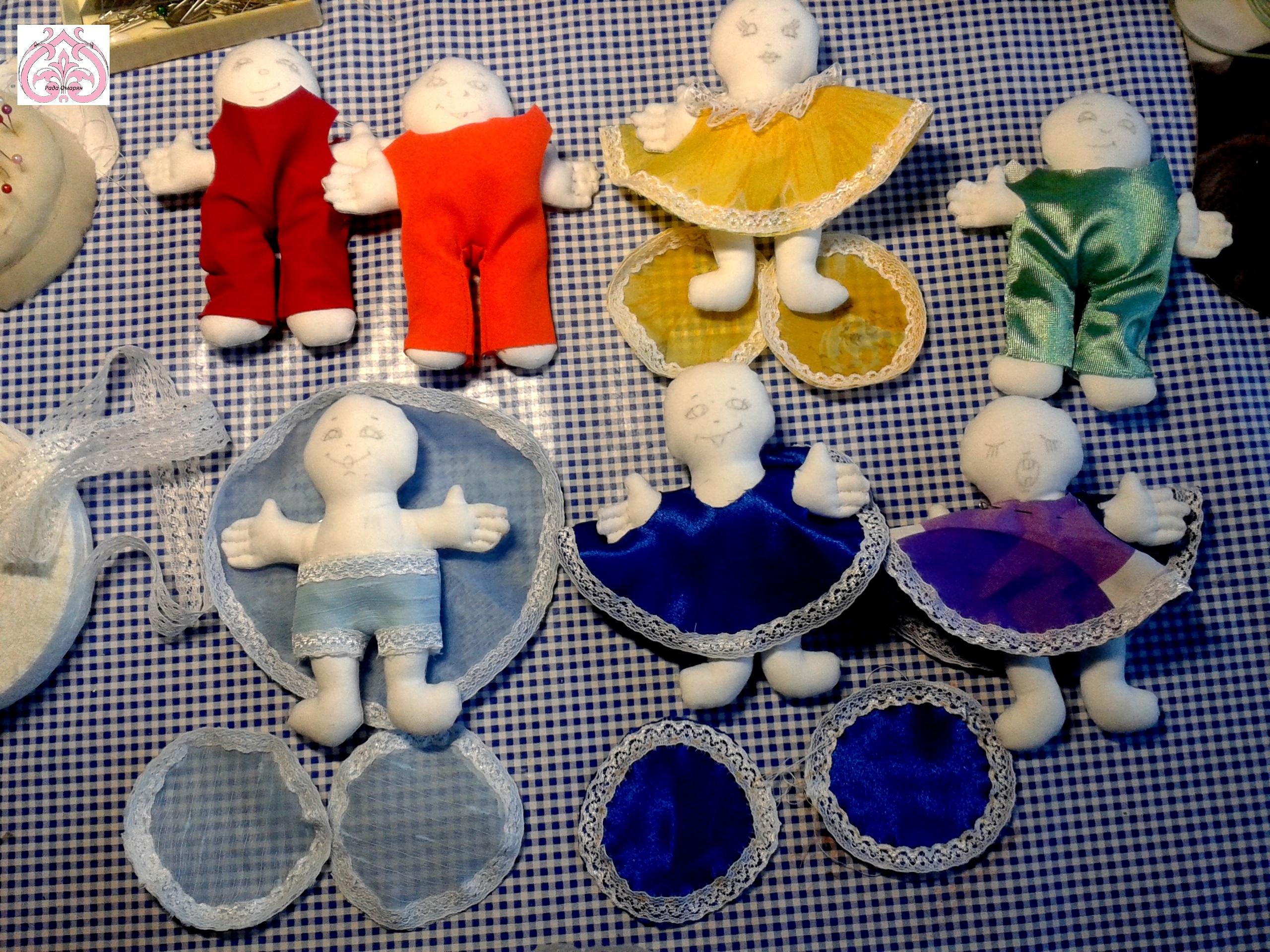 Разноцветные одежды для кукол.
