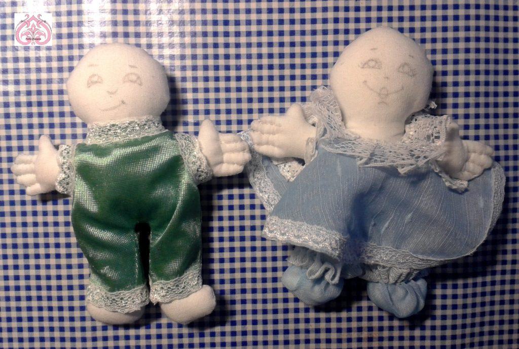 Разноцветные костюмы кукол.